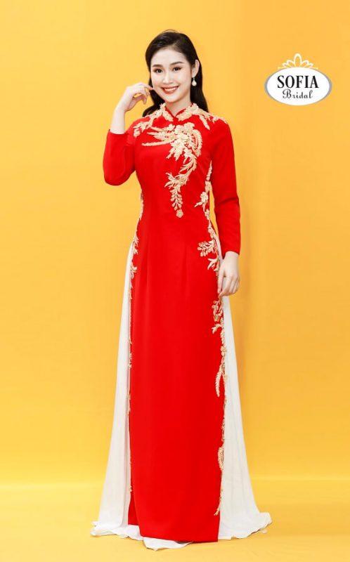 Áo dài quý bà dành cho phụ nữ trung niên.