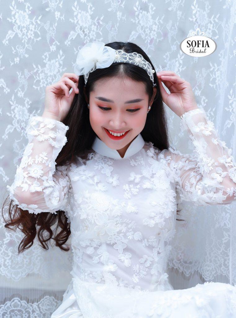 Áo dài cưới màu trắng là sự lựa chọn của những cô dâu yêu thích phong cách nhẹ nhàng, đơn giản, tinh khôi và trong sáng Phong Cách Hiện Đại, Trẻ trung