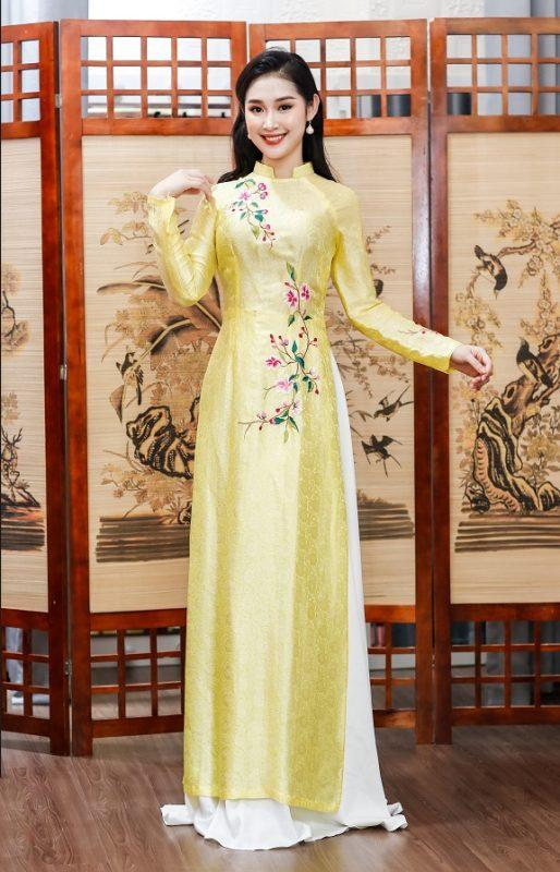 Màu vàng tượng trưng cho sự tươi trẻ và tràn đầy sức sống, một vẻ đẹp nhẹ nhàng nhưng không kém phần trang trọng và độc đáo dành cho các cô dâu trẻ trong ngày hạnh phúc